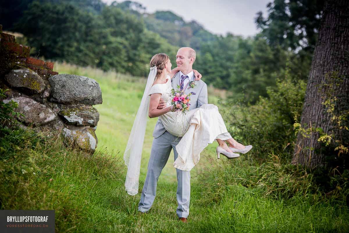 For mig handler det om, at indfange de følelser og den stemning, der helt naturligt opstår til et bryllup. Billederne skal virke naturlige og ikke opstillede.