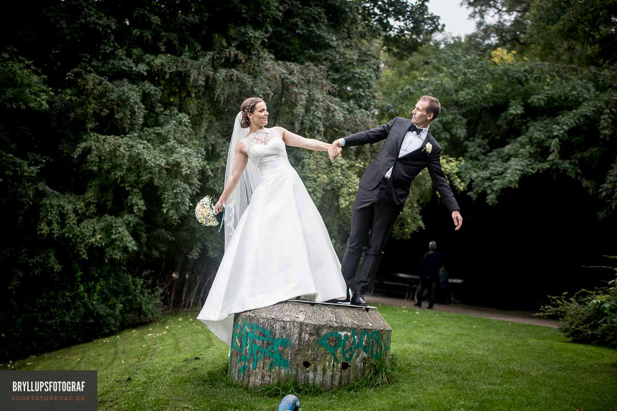 """Det er ellers noget, de fleste af os forbinder med et bryllup, men vores forestilling om at præsten siger, """"Du må kysse bruden"""", kommer fra amerikanske film."""
