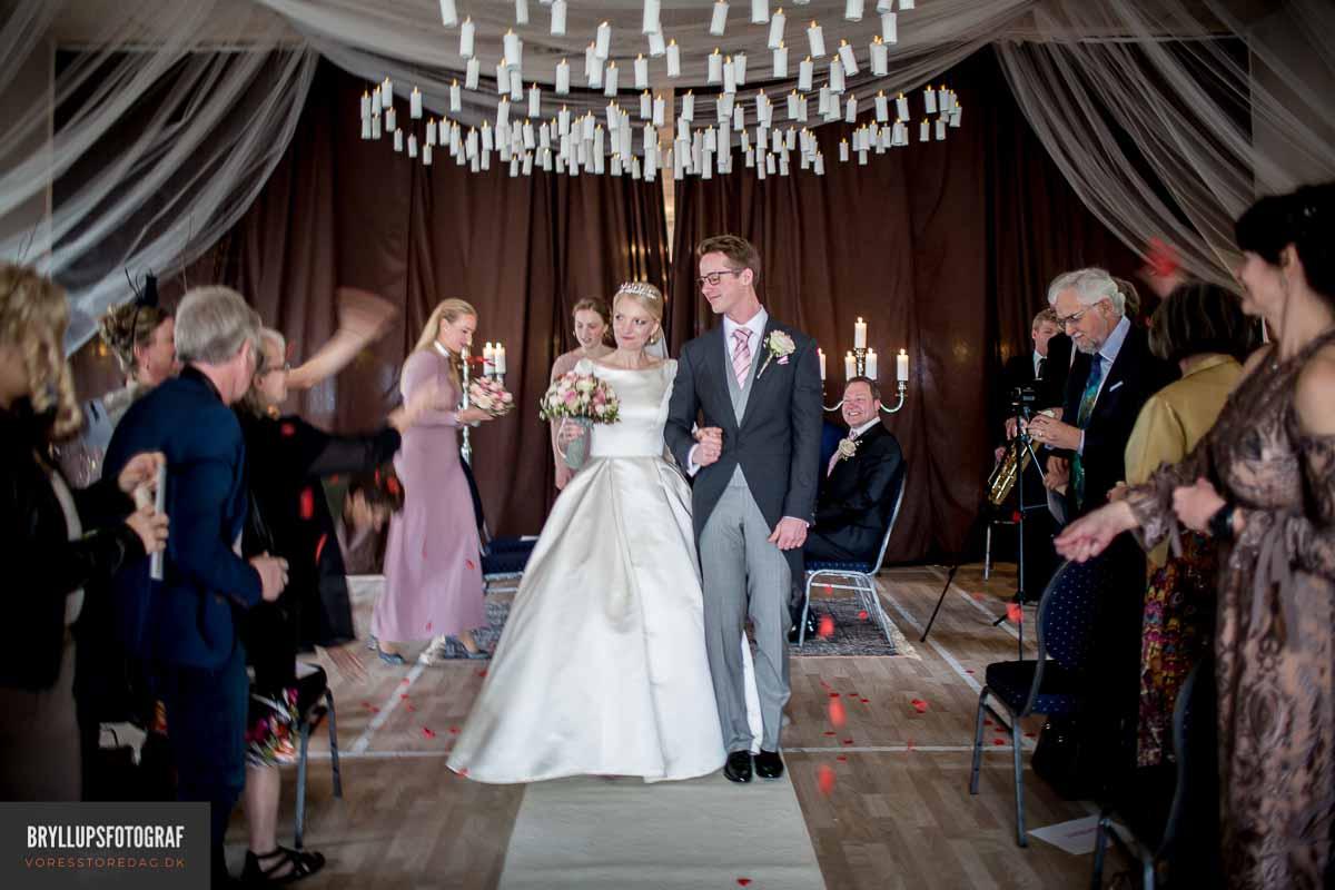 Et vidunderligt videoklip er, der hvor brudeparret går ned af kirkegulvet